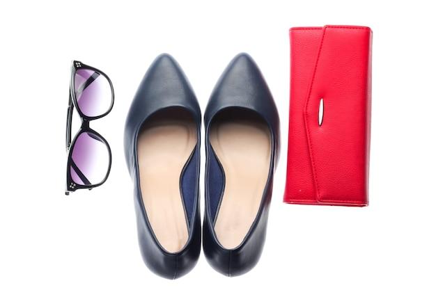 Klasyczne skórzane buty na wysokim obcasie, okulary przeciwsłoneczne, portfel na białym tle. akcesoria damskie