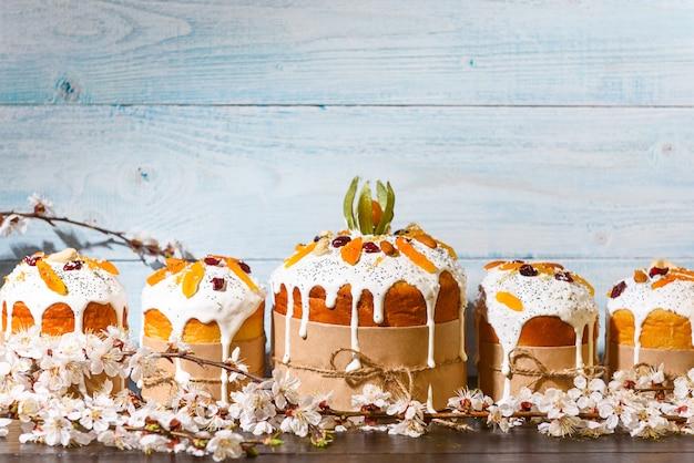 Klasyczne słowiańskie ciasta wielkanocne w stylu rustykalnym