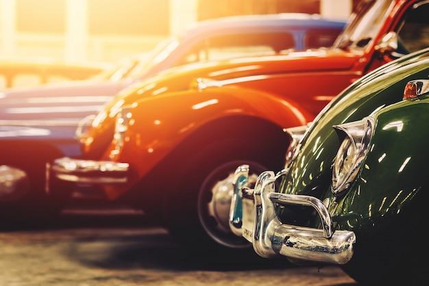 Klasyczne stare samochody z kolorowymi, zabytkowymi zdjęciami w stylu retro.