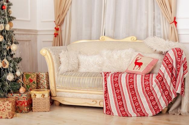 Klasyczne wnętrze pokoju bożonarodzeniowego z sofą i białymi poduszkami