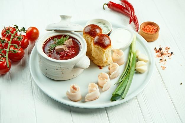 Klasyczny barszcz ukraiński z mięsem, ulotką i smalcem
