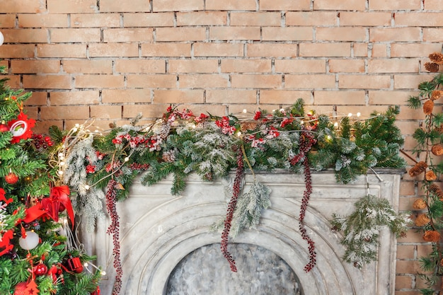 Klasyczny boże narodzenie nowy rok urządzony pokój wewnętrzny nowy rok drzewo i kominek. choinka z czerwonymi ornamentami. nowoczesny apartament w stylu klasycznym. wigilia w domu
