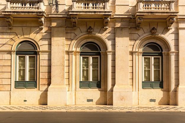 Klasyczny budynek z trzema oknami z bliska, portugalia