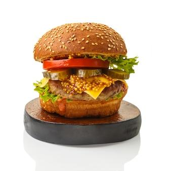 Klasyczny burger z wołowiną i warzywami serowymi w sosie