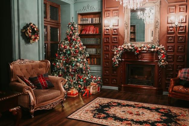 Klasyczny ciemny drewniany salon i biblioteka noworoczne wnętrze z magiczną świecącą choinką