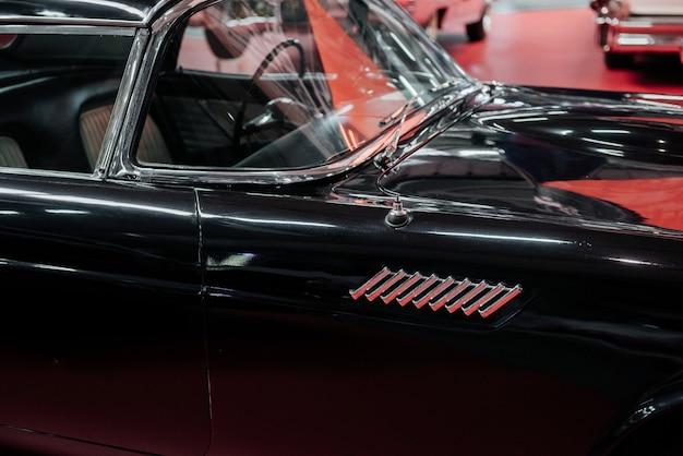 Klasyczny czarny luksusowy historyczny samochód w świetnym stanie