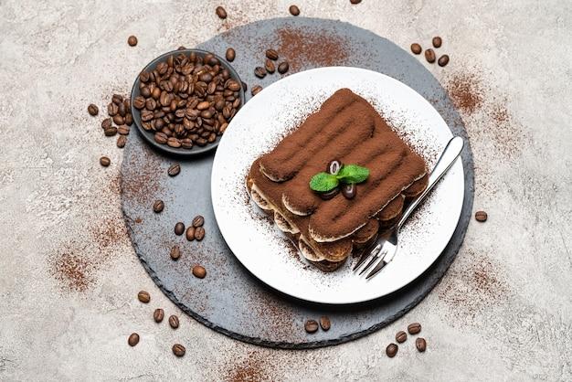 Klasyczny deser tiramisu na talerzu ceramicznym