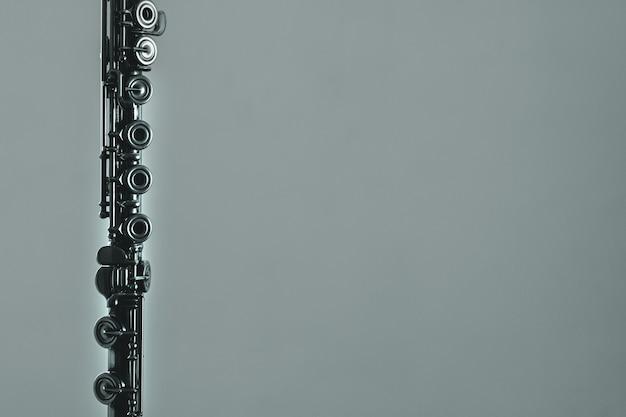 Klasyczny flet na szarym tle z miejsca na kopię.