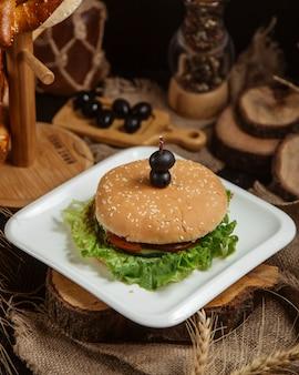 ? klasyczny hamburger z bułką sezamową