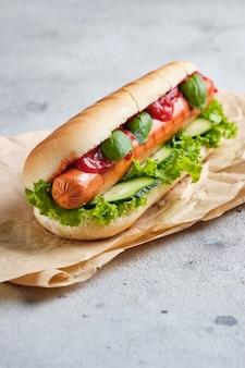 Klasyczny hot dog na stole na szybką przekąskę.
