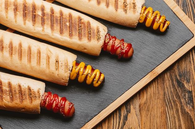 Klasyczny hot dog z musztardą i keczupem
