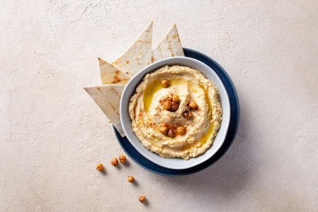 Klasyczny hummus w misce z ciecierzycą