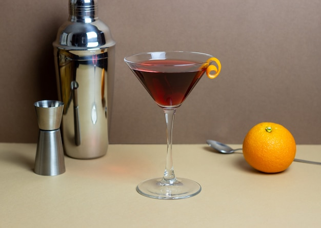 Klasyczny koktajl z manhattanu. napoje alkoholowe