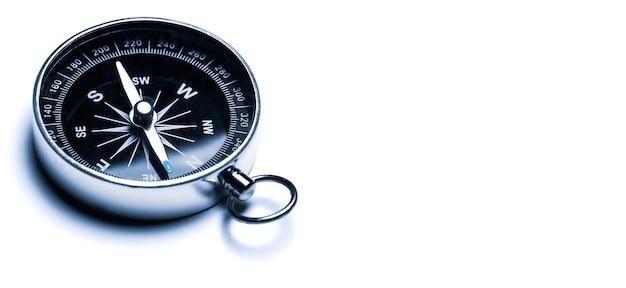 Klasyczny kompas, kompas nawigacyjny na białym tle.