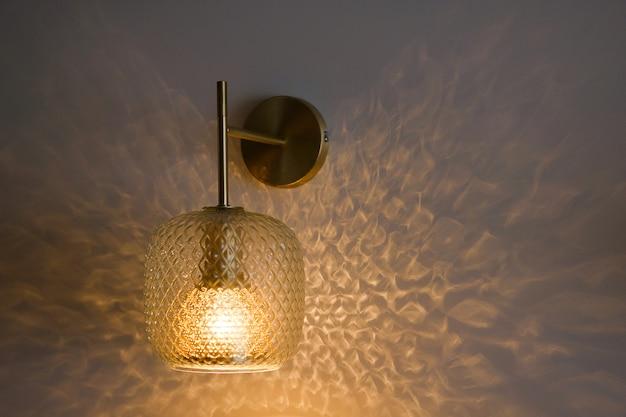 Klasyczny kryształowy kinkiet lub lampa na wal