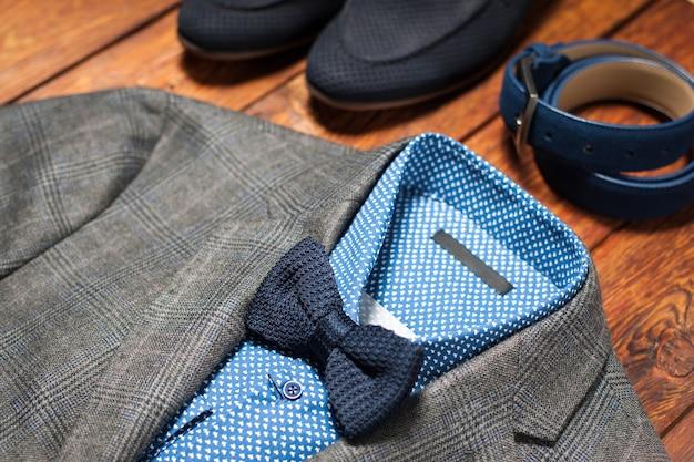 Klasyczny męski garnitur z dodatkami muszki