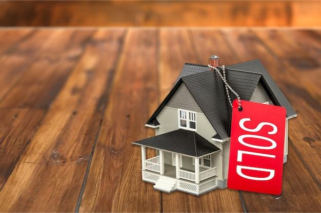 Klasyczny model domu na sprzedaż na tle