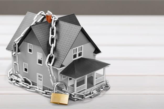 Klasyczny model domu w sprzedaży z zamkiem na tle