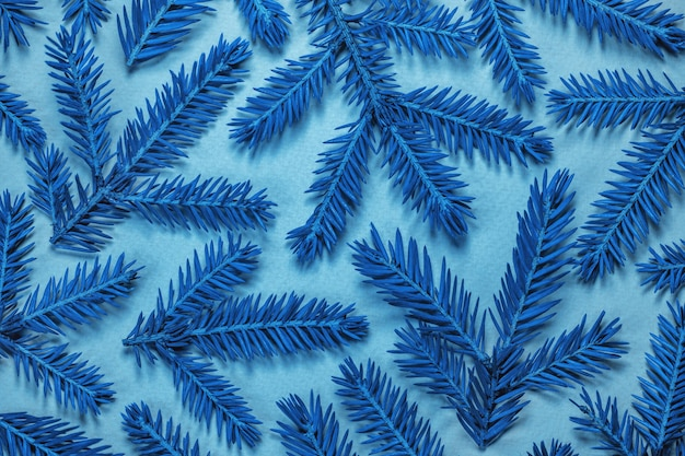 Klasyczny niebieski kolor roku 2020. świąteczna kompozycja. niebieskie gałęzie na jasnym tle.