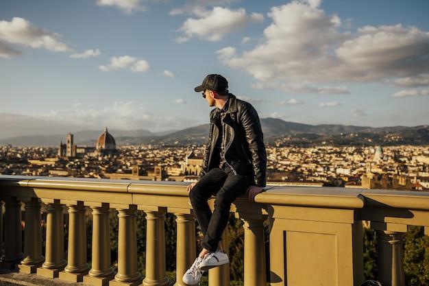 Klasyczny panoramiczny widok na słynne stare miasto i katedrę z piazzale michelangelo.