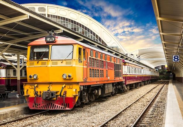 Klasyczny pociąg na stacji kolejowej