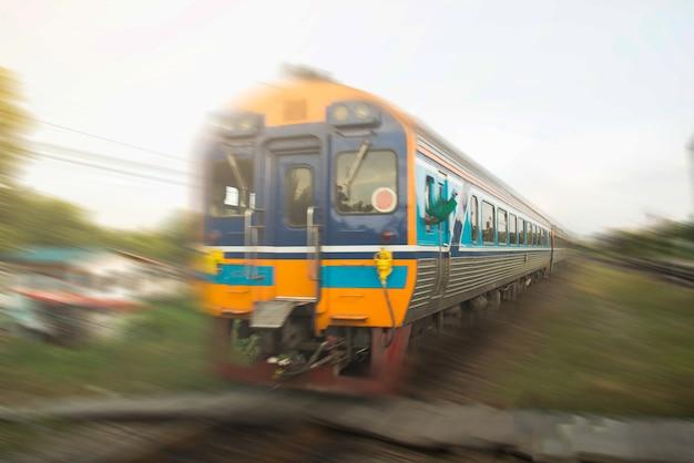 Klasyczny pociąg w ruchu na dworcu lokalnym otoczenie klasyczny pociąg międzymiastowy na kolei. efekt rozmycia w ruchu. stara koncepcja prędkości pociągu.