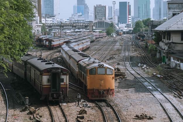 Klasyczny pociąg ze stacji bangkok