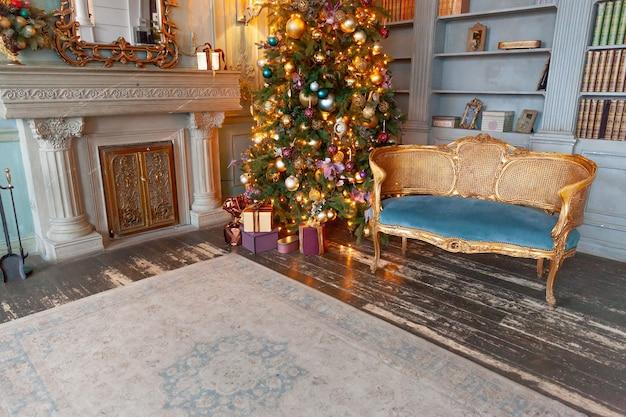 Klasyczny pokój bożonarodzeniowy noworoczny urządzony w domowej bibliotece z kominkiem