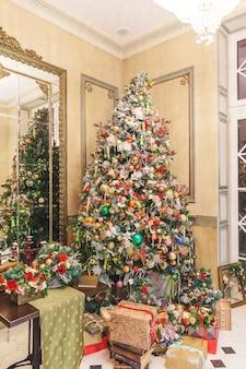 Klasyczny pokój z noworocznym wystrojem wnętrza choinki