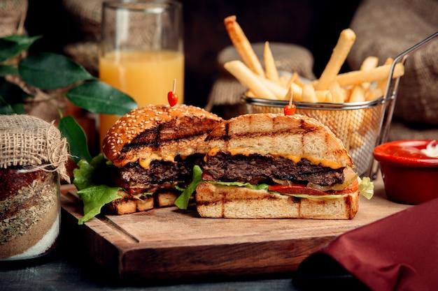 Klasyczny pokrojony hamburger na stole