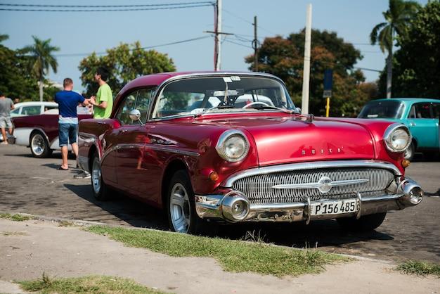 Klasyczny retro zabytkowy samochód w starej hawanie na kubie
