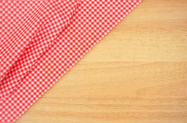Klasyczny różowy kraciasty materiał lub obrus na drewnianym biurku z miejsca kopiowania