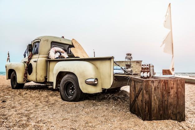 Klasyczny samochód stary styl na zewnątrz koncepcja