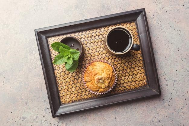 Klasyczny shot espresso z muffinem i filiżanką kawy na szarym kamiennym stole. widok z góry.
