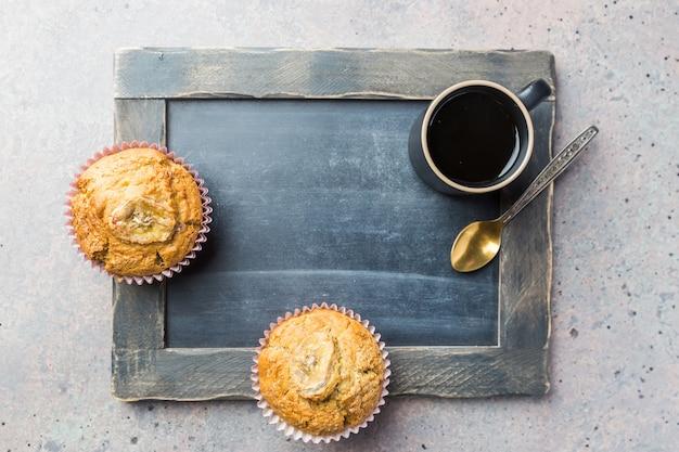 Klasyczny shot espresso z muffinem i filiżanką kawy na szarym kamiennym stole widok z góry