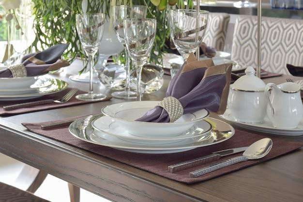 Klasyczny styl jadalniany na drewnianym stole