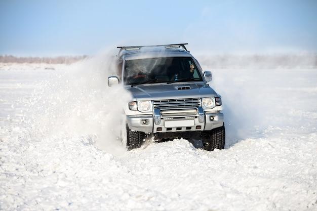 Klasyczny suv podróżujący po śniegu