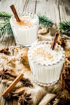 Klasyczny świąteczny napój ajerkoniak