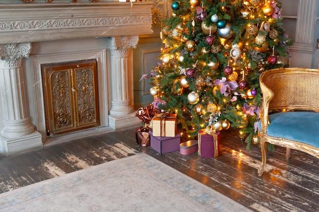 Klasyczny świąteczny nowy rok urządzony kominek w pokoju