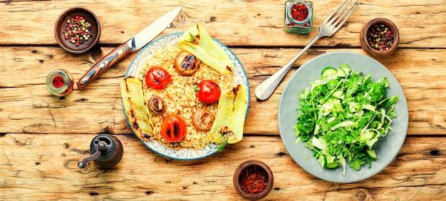 Klasyczny turecki pilaw z makaronem. ryż turecki, ryż grillowany z warzywami. dania arabskie