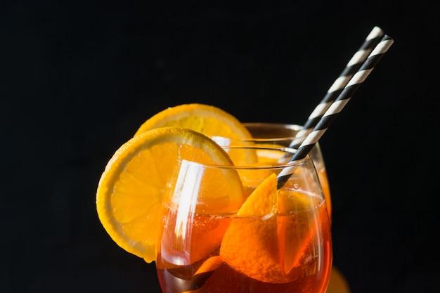 Klasyczny włoski aperolowy spritz koktajl na czarnym tle. ścieśniać. odosobniony.