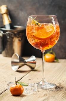Klasyczny włoski koktajl aperol spritz w szkle na drewnianym stole