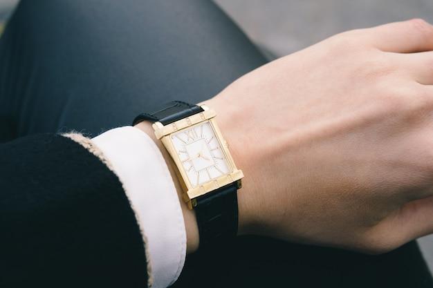 Klasyczny wristwatch na żeńskiej ręki zbliżeniu