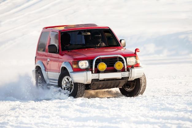 Klasyczny wyścig suv-ów na zamarzniętej rzece zimą