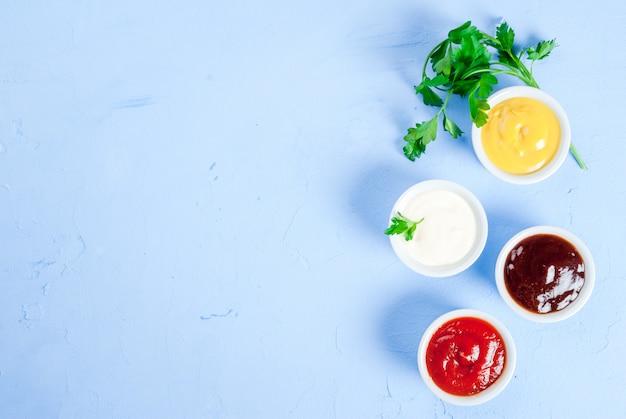 Klasyczny zestaw sosów w białych spodkach