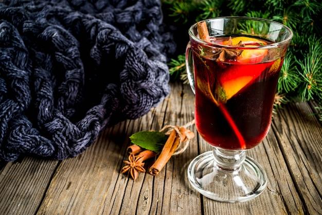 Klasyczny zimowy jesienny gorący napój, grzany koktajl z przyprawami
