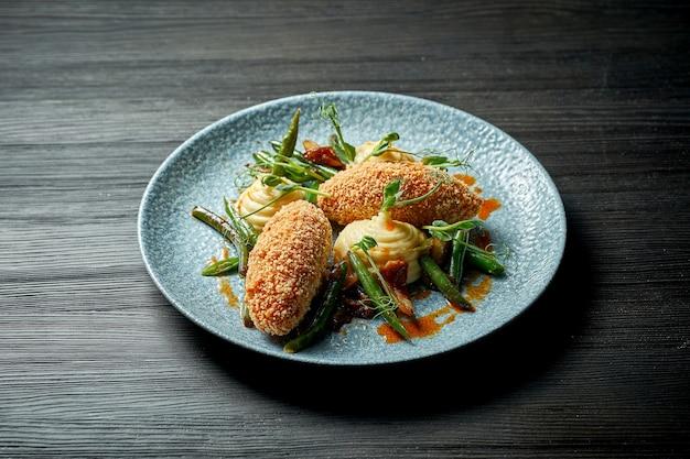 Klasycznym daniem kuchni ukraińskiej jest kotlet kijowski (kurczak kijowski) z puree ziemniaczanym. smażony kurczak z bułką tartą