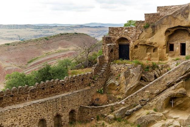 Klasztor dawida garei. starożytny gruziński kompleks klasztorny prawosławny david-gareja wykuty w skale. sagarejo, region kacheti, gruzja.