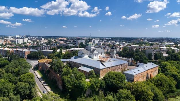 Klasztor karmelitów nagich w berdyczowie w słoneczny dzień widok z lotu ptaka.