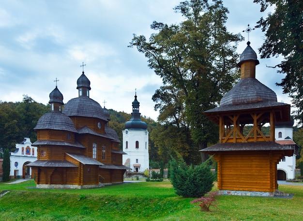 Klasztor krechów w obwodzie lwowskim (prowincja) ukrainy. założona w xvi wieku (1618r.)